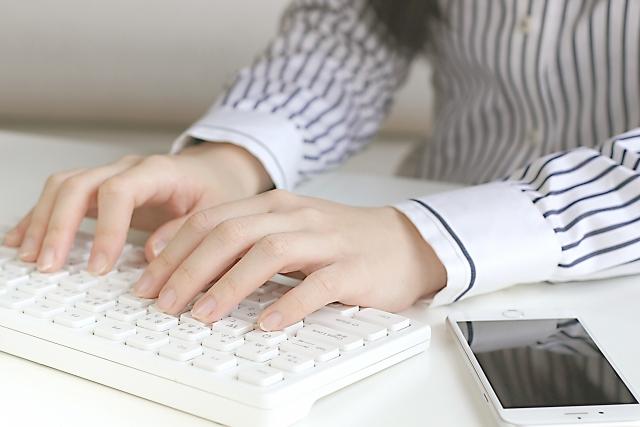 パソコンを打つ人